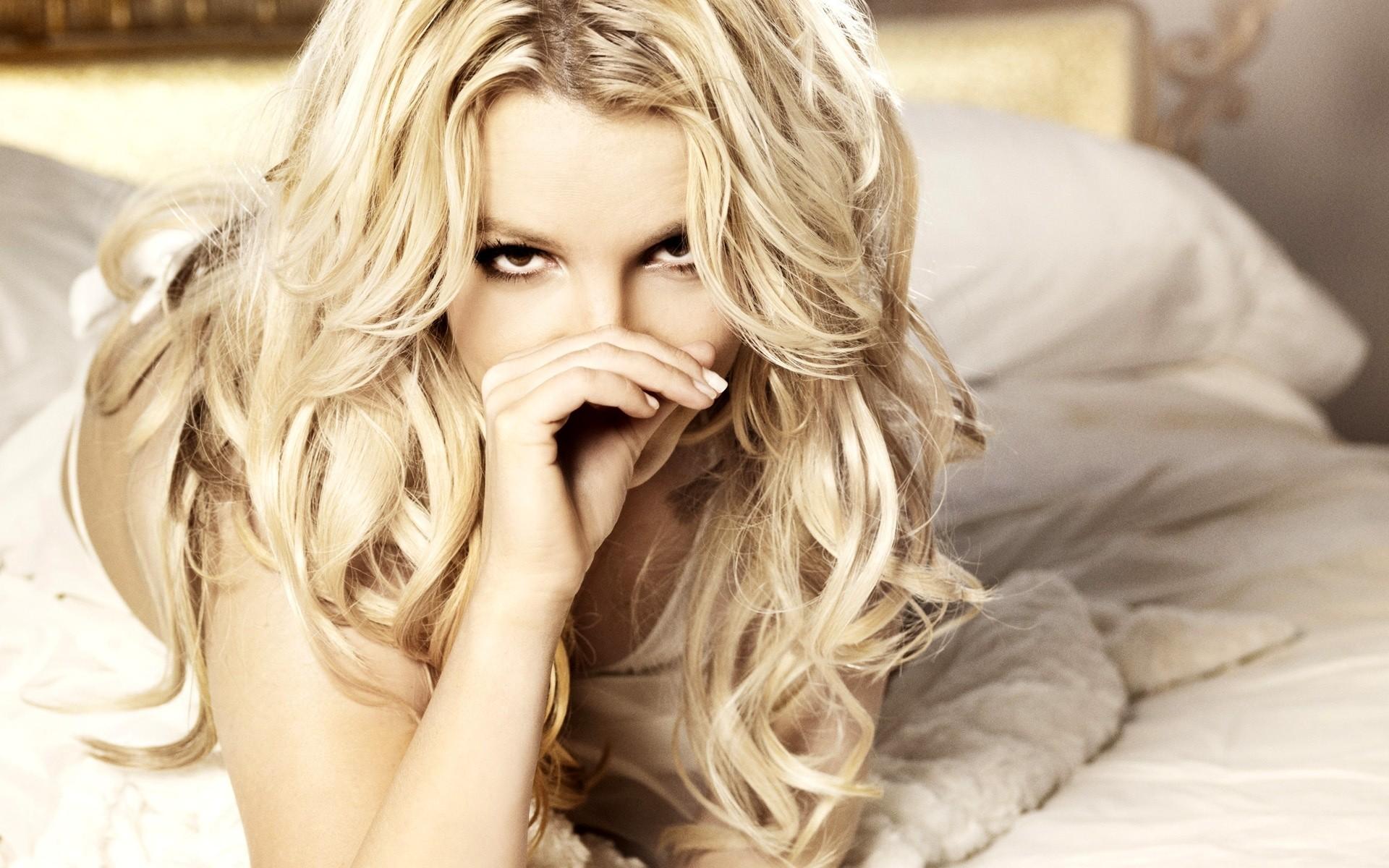 420Кудрявую блондинку жестко трахают смотреть
