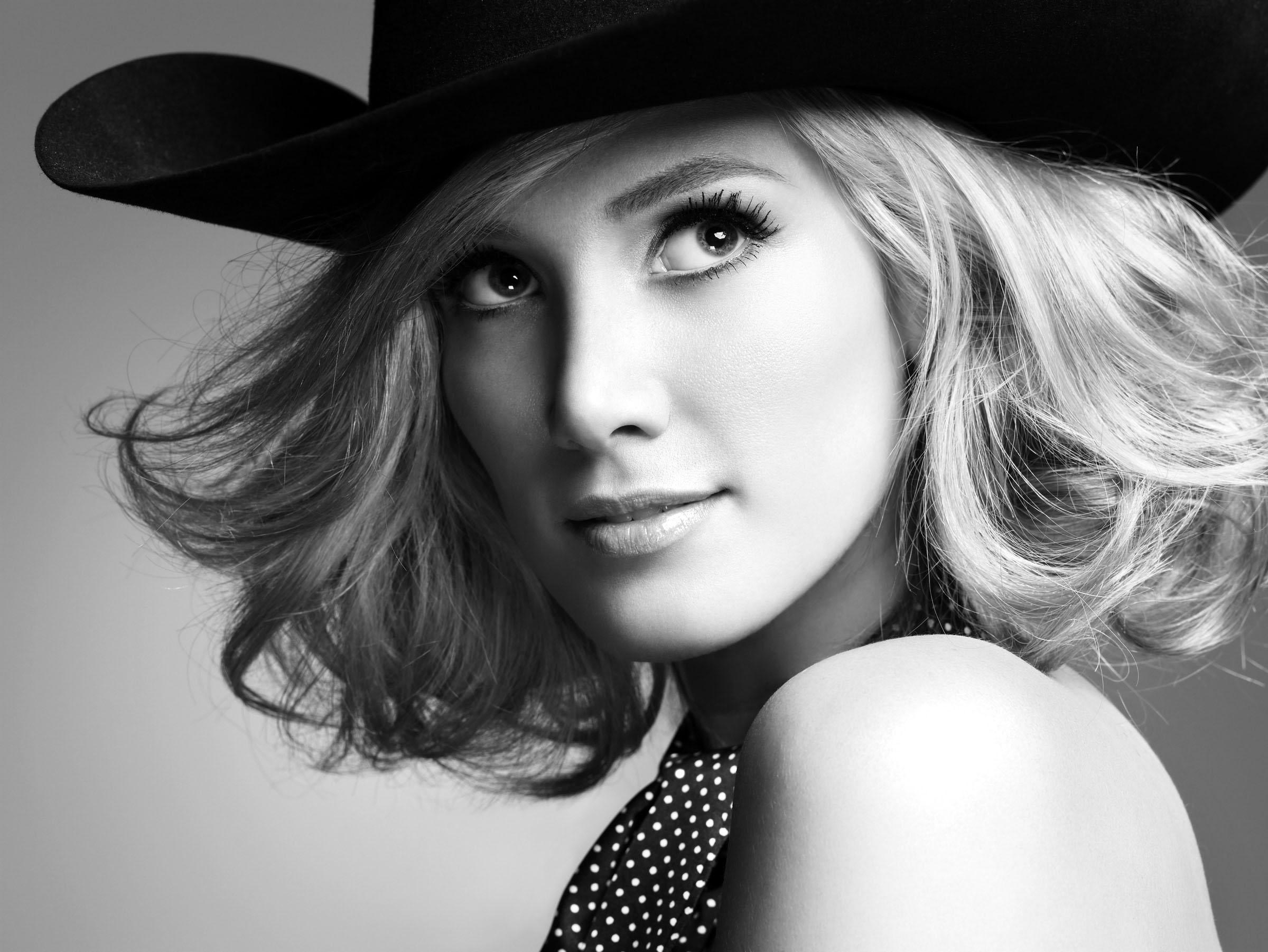Фото красивых девушек блондинок с цветами черно белые 17 фотография