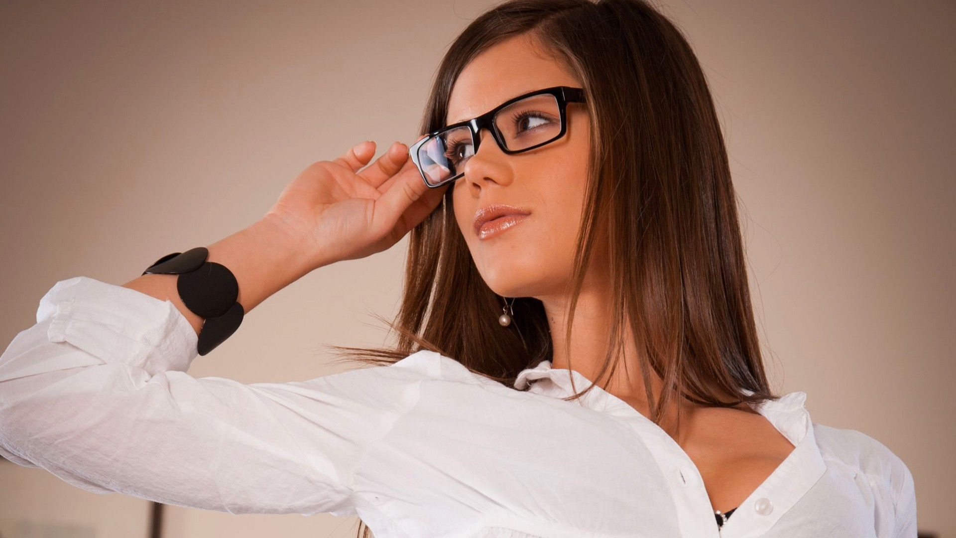 В скромная девушка очках hd