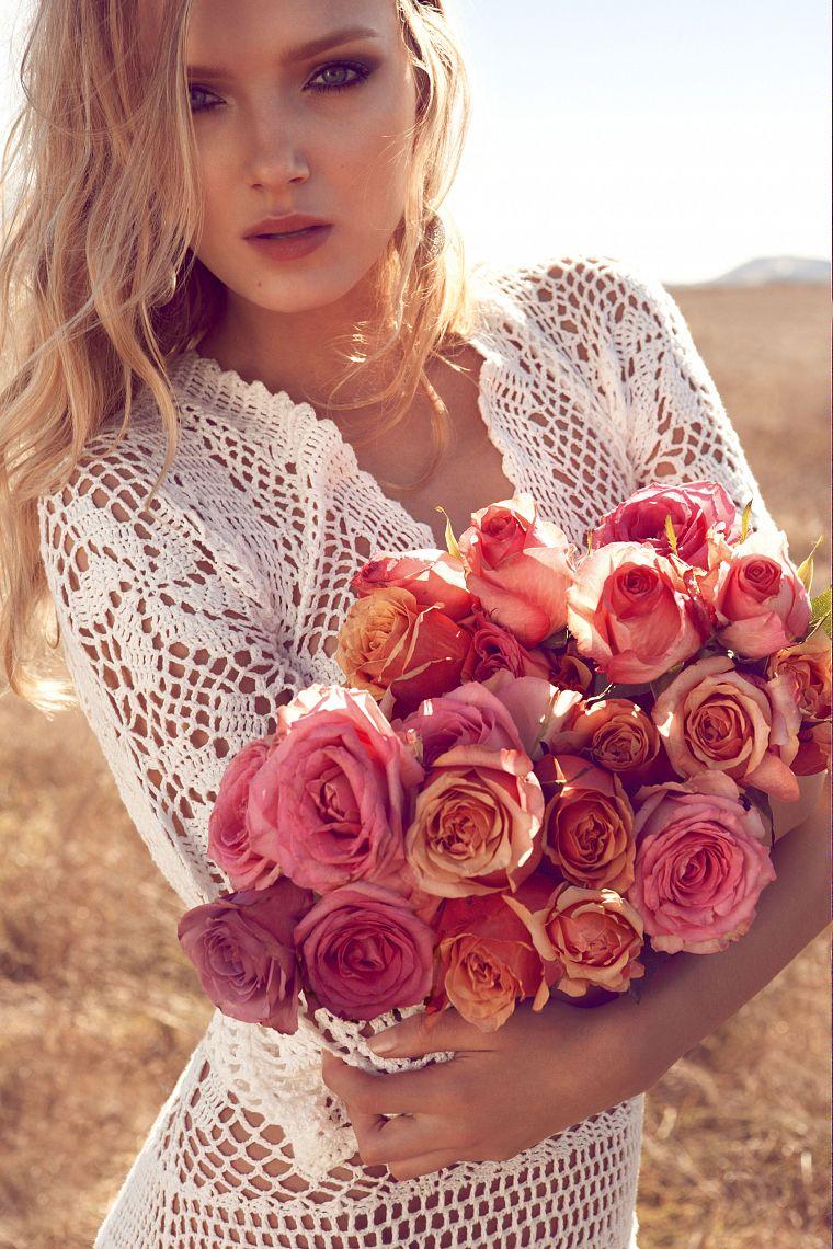 Красивые фото девушек блондинок с цветами