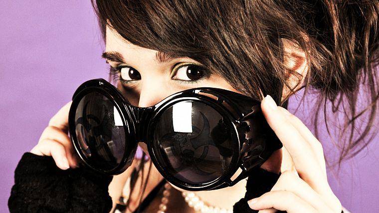 Темные очки девушки