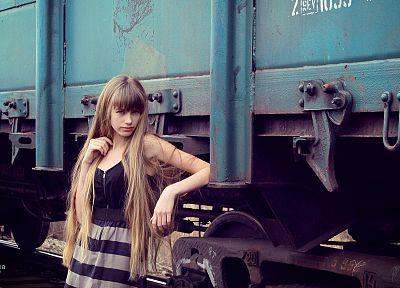 блондинки, девушки, платье, модели, поезда, длинные волосы - обои на рабочий стол