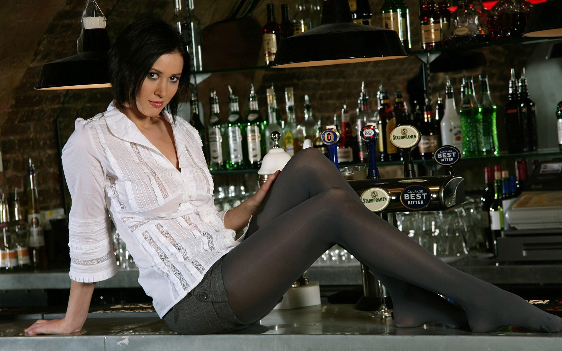 Членом брюнетка в платье и колготках задирает ноги в кафе фото