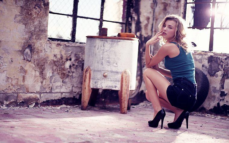Девушка блондинка на высоких каблуках фото фото 742-273